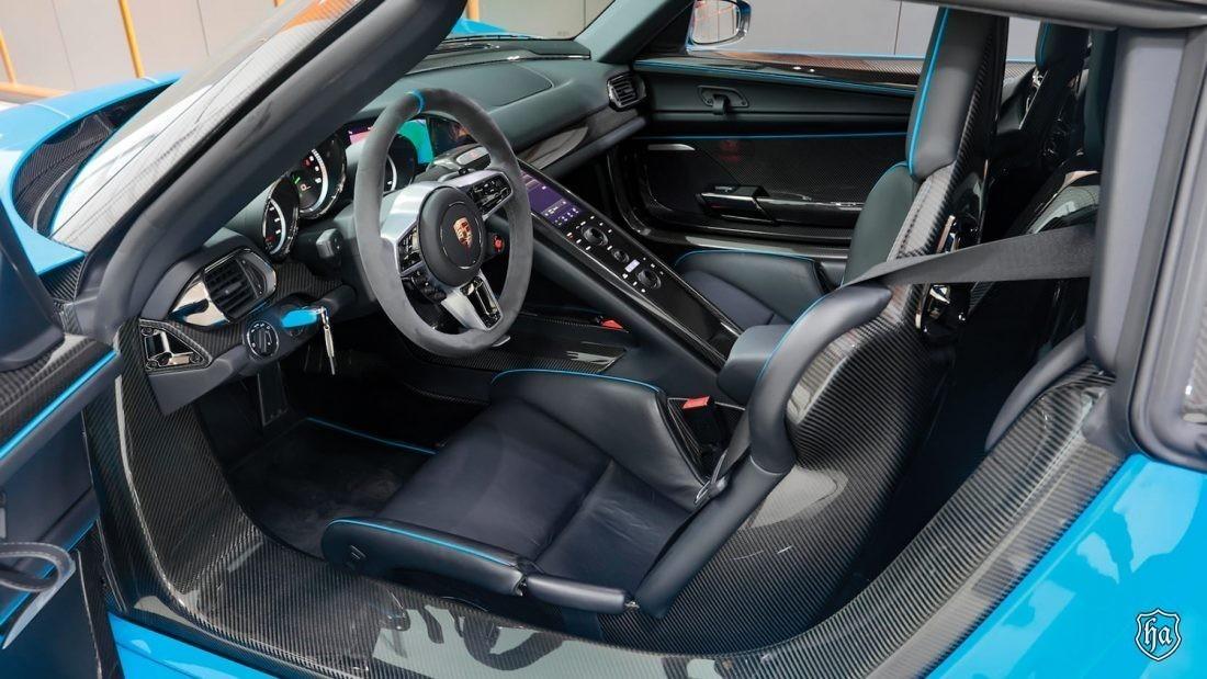 mecum_auctions_glendale_2020_2015_Porsche_918_Spyder_Weissach_inteiror